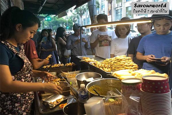 ปลาหมึกชิ้นโต เคี้ยวดังกรุบ ๆ น้ำจิ้มเด็ดเว่อร์ที่ชัยปลาหมึกย่าง กินอะไรดี เมนูอาหาร ร้านอาหารอร่อย Nightlife รีวิวคาเฟ่ ร้านอาหาร-คาเฟ่ ที่กิน-ที่พัก แนะนำร้านอาหาร อาหาร-สุขภาพ savourworld.com ชัยปลาหมึกย่าง