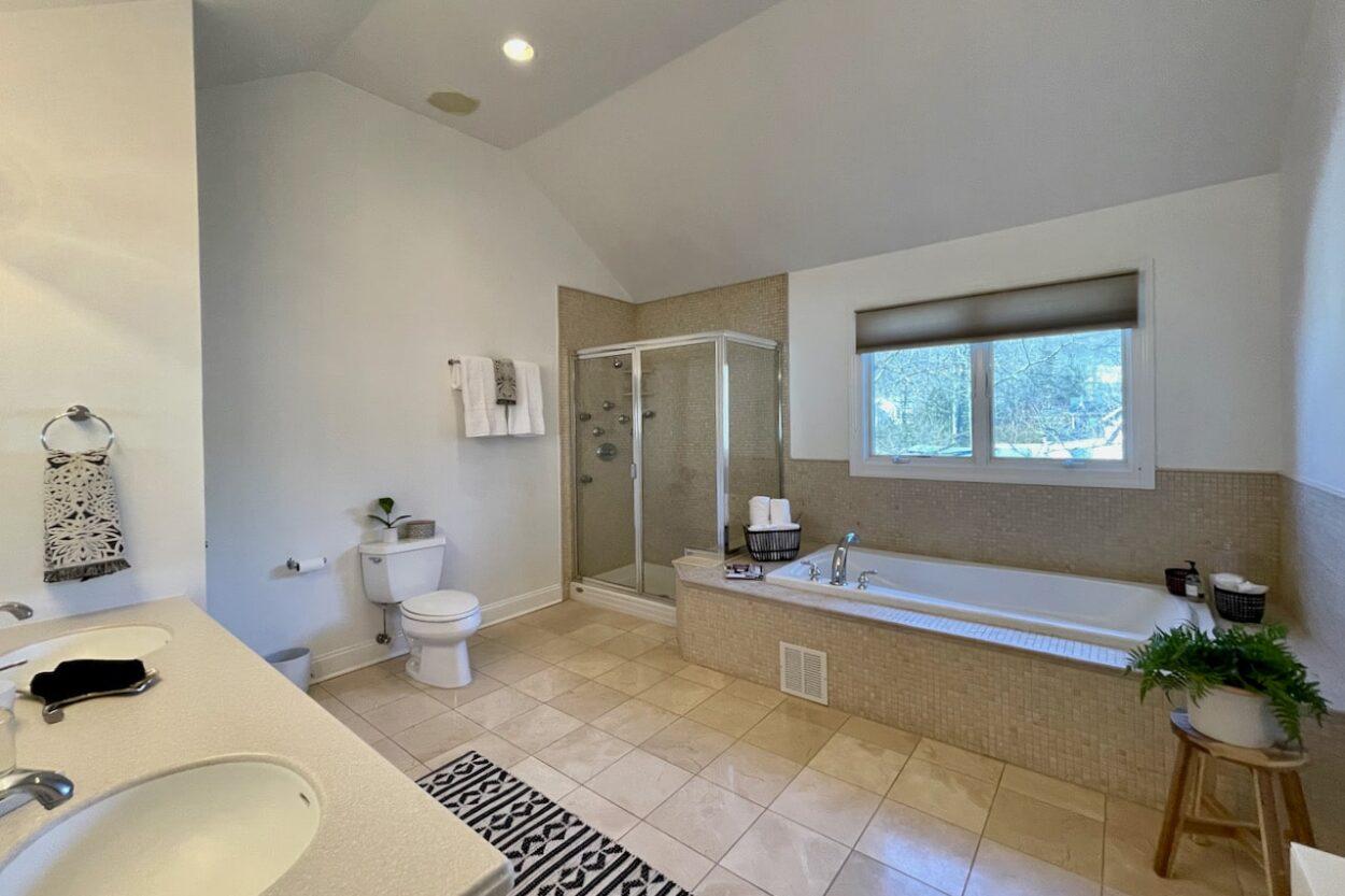 655 Ridgewood bathroom