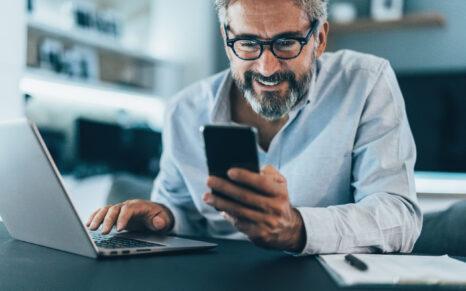 Manager utilisant une application pour atteindre les objectifs de ses résolutions professionnelles