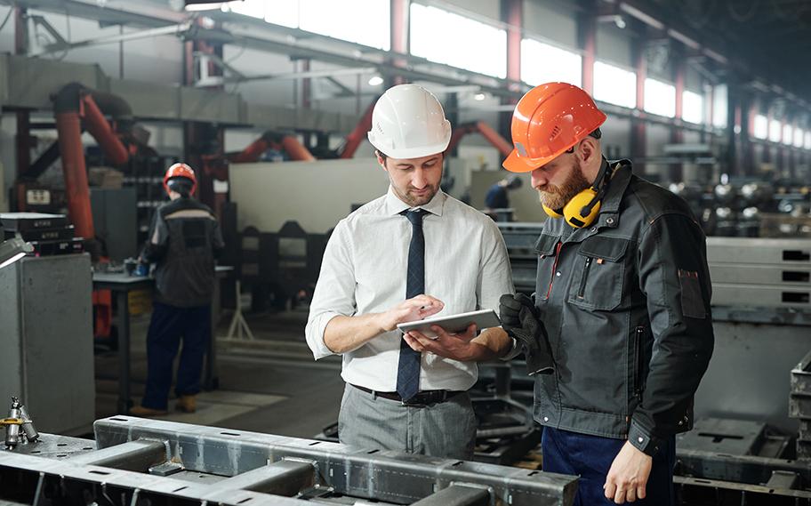 Manager discutant avec un employé pendant une Tournée de supervision active