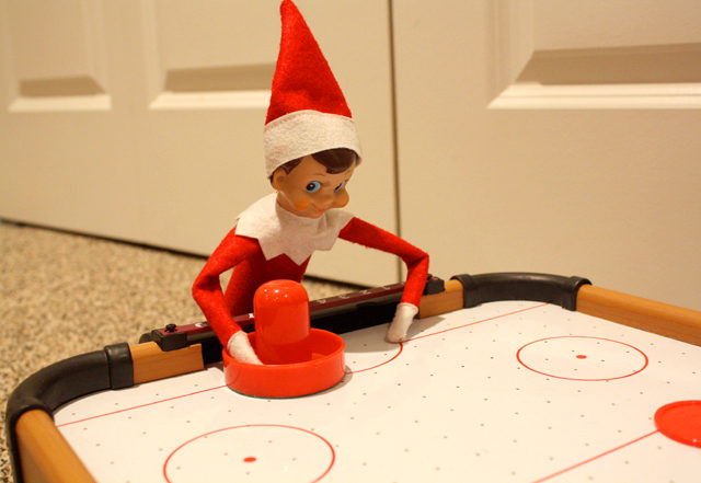 elf-on-the-shelf-air-hockey