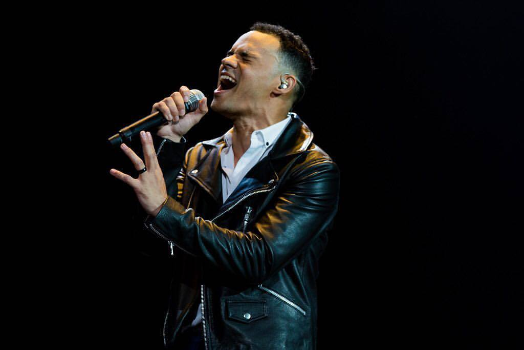 Tauren Wells Energizes Arena Audiences Opening Lionel Richie's All The Hits Tour