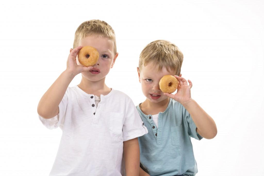 kinderen kijken door donut
