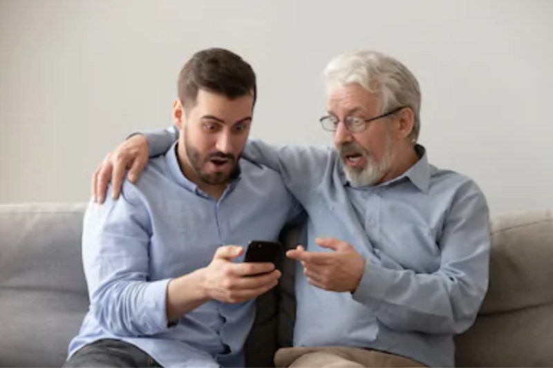 Dad Using Your Phone Confused By Family Of 78 Contacts With Last Name 'Tinder'
