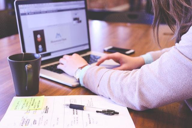 online marketing expert, typing