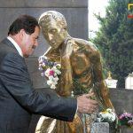 Angelino Garzón visita tumba de Leo Kopp en su búsqueda de empleo