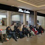 Bogotanos hacen fila para comprar iPhone 6 sin que esté a la venta