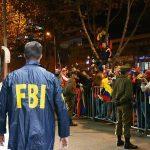 Joven con chaqueta del FBI siembra pánico en la concentración colombiana