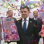 Fingen entrega de premio a Santos en Palacio para que venga a firmar primas navideñas