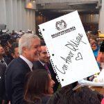 En apertura de deprimido de la 94 Peñalosa firma revocatoria creyendo que le pedían autógrafo.