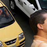 Indignación entre taxistas por nueva iniciativa de Uber que recomienda saludar de beso