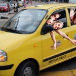 Montar en taxi 'Pikachu' colombiano a altas velocidades: nuevo atractivo extremo para jóvenes turistas