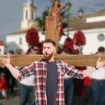 Padre crucifica hijo de 33 años que no se ha ido de la casa