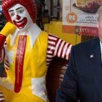 Por seguir discutiendo 24 horas con una estatua Trump cancela visita a Colombia.