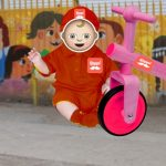 Niño con disfraz de Rappi bloquea con triciclos entrada del colegio