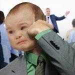 Hombre se reencuentra con su niño interior y le pega