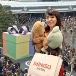 En completo orden se entregaron 15.000 peluches de Miniso en Tokio