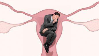 Ejecutivo dentro de un útero en posición fetal