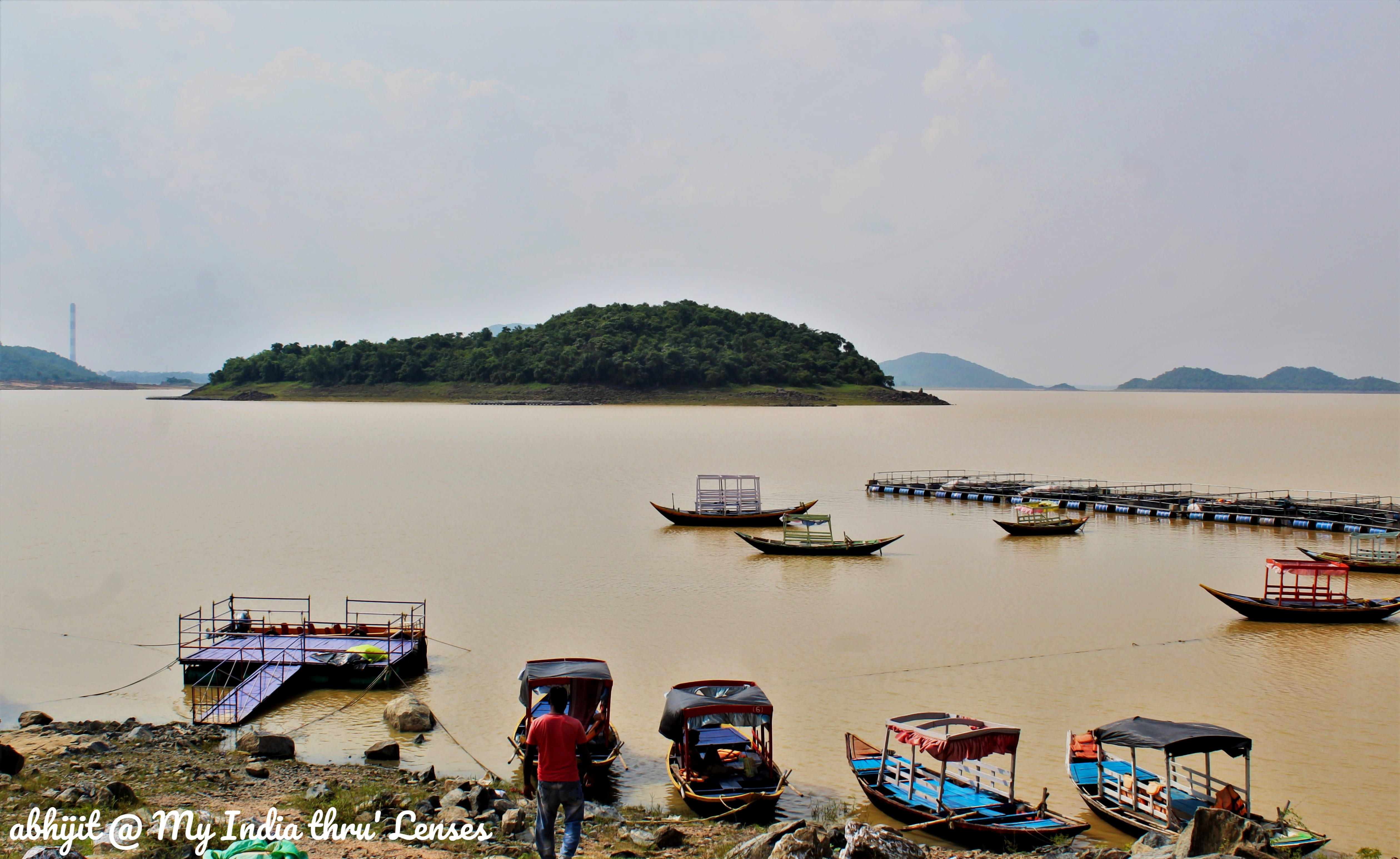Maithon Lake has several small islands with Spoon Island at the centre. Boating Facilities are also available.