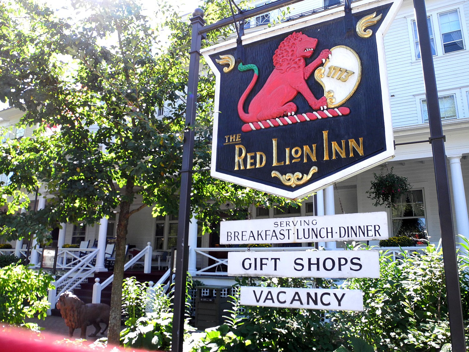 The historic Red Lion Inn, Stockbridge, MA, immortalized in Norman Rockwell's painting © 2016 Karen Rubin/news-photos-features.com