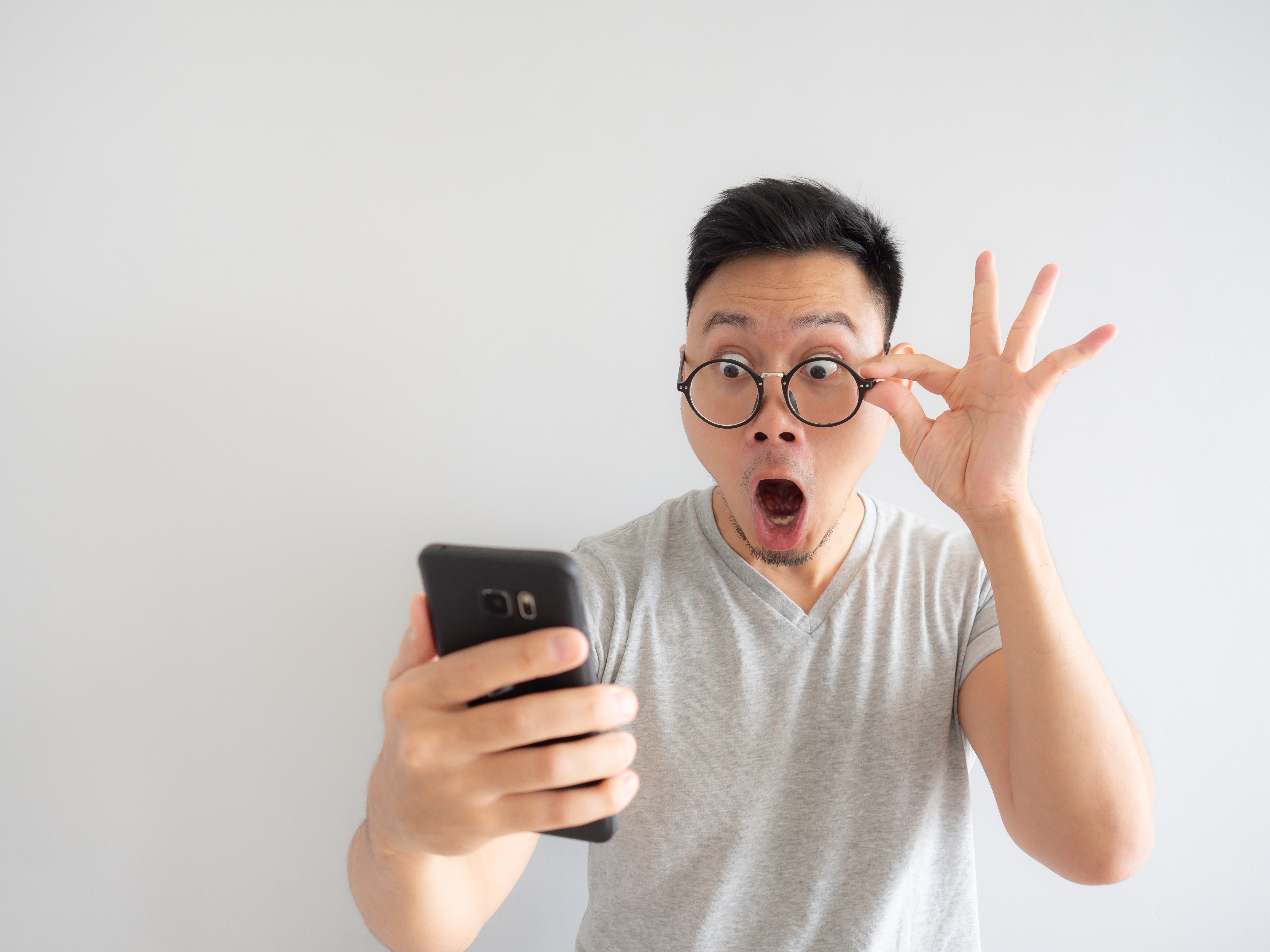 wow-face-of-man-shocked-what-he-see-in-the-smarthphone-