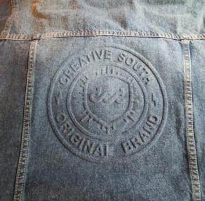 escudo gofrado en jean