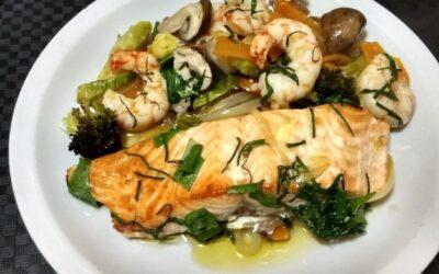 Salmon al horno con vegetales y marisco
