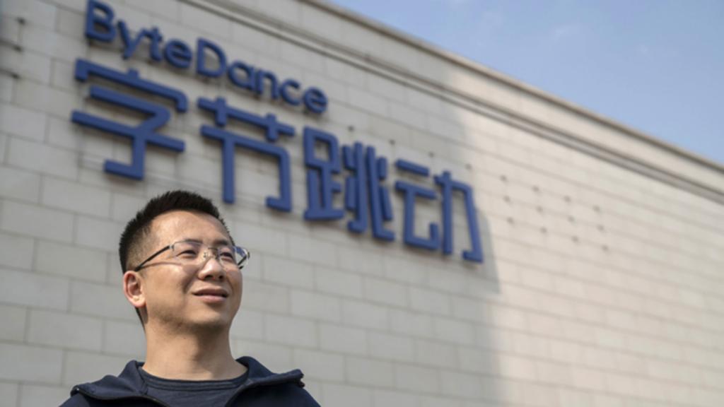 مؤسس شركة bytdance أمام مقر الشركة الرئيسي في الصين