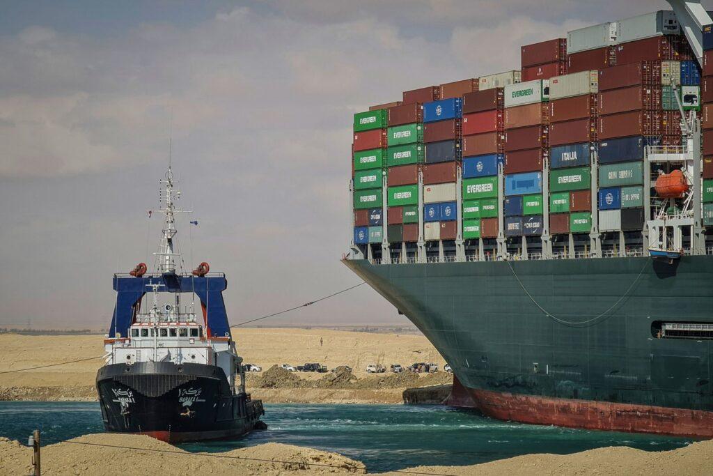 """صور سفينة قناة السويس : يحاول زورق القطر مساعدة """"إيفر جيفن"""" يوم الجمعة."""