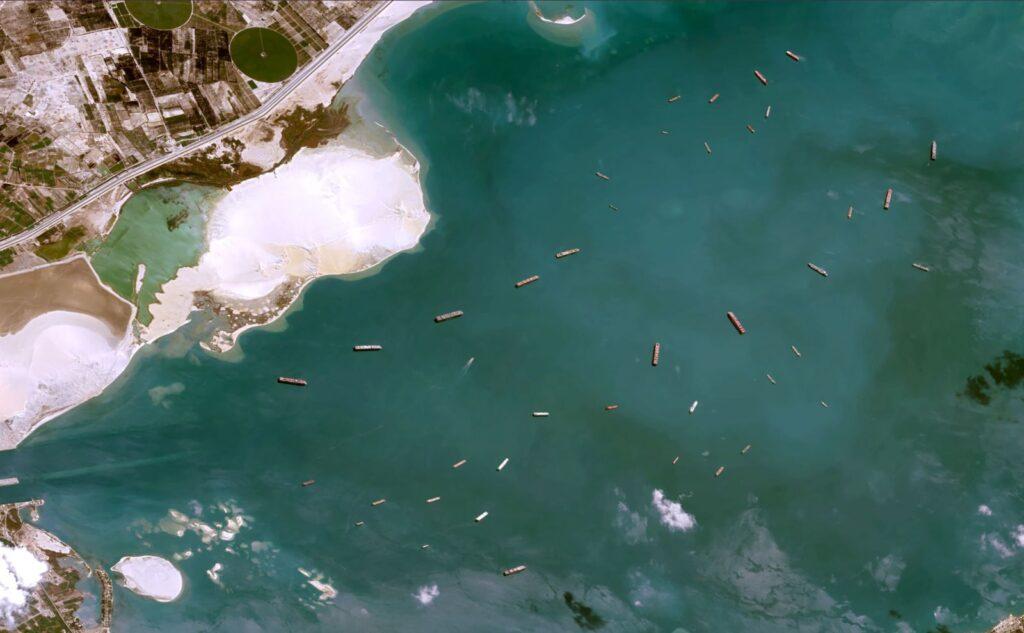 صور سفينة قناة السويس العالقة :  سفن تنتظر في بحيرة مصر الكبرى يوم الخميس.