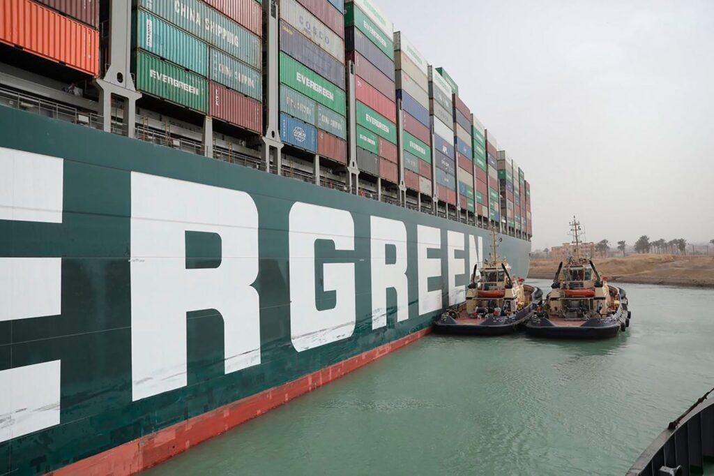 صور سفينة قناة السويس العالقة :  تجلس القاطرات بجانب Ever Given يوم الخميس