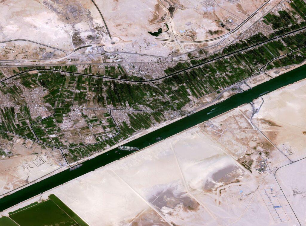 صور سفينة قناة السويس : تظهر هذه الصورة الفضائية القناة المسدودة يوم الخميس