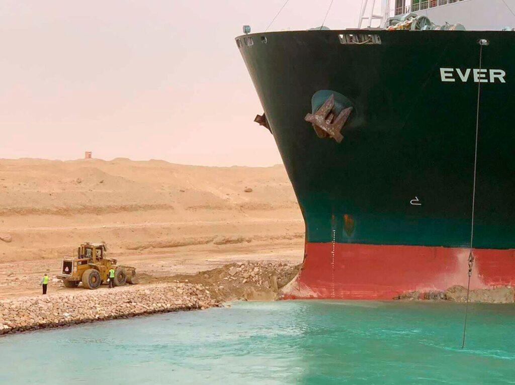 صور سفينة قناة السويس العالقة : تظهر هذه الصورة الفضائية القناة المسدودة يوم الخميس