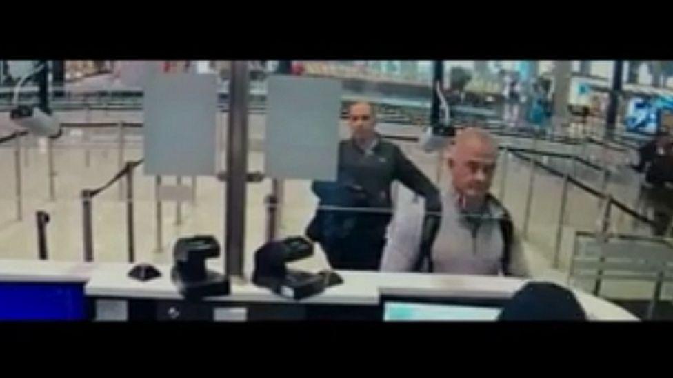 كارلوس غصن يبدو مختلفا في مطار اليابان