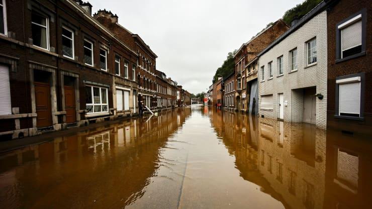 إينسيفال ، بلجيكا - 16 يوليو / تموز: مواطنون يزيلون منازلهم المتضررة من جراء الفيضانات في 16 يوليو 2021 في إنزيفال ، بلجيكا.