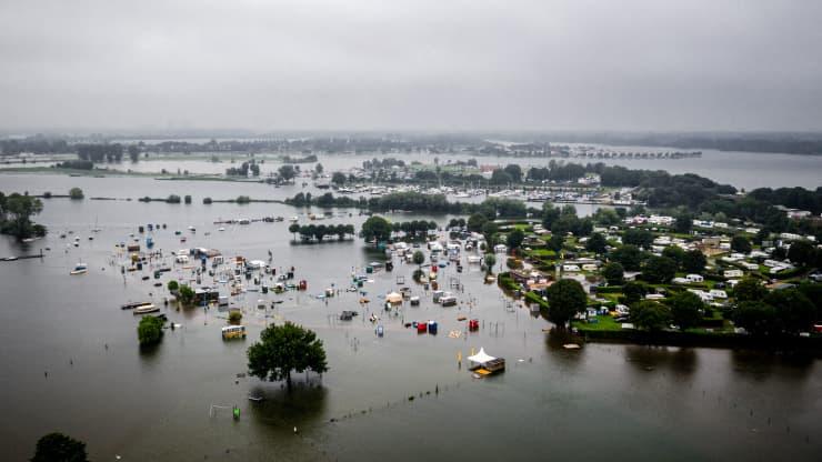 تُظهر هذه الصورة الجوية قوافل ومعسكرات مغمورة جزئيًا في مياه الفيضانات في موقع تخييم De Hatenboer في Roermond في 15 يوليو 2021.