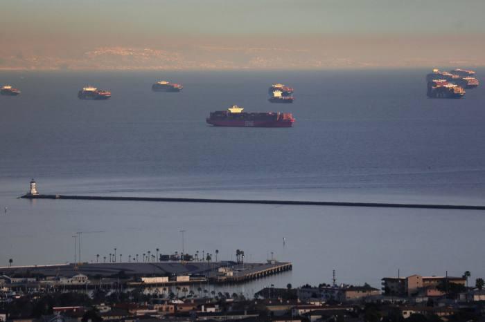 تقطعت السبل بسفن الحاويات في البحر لأن أزمة الشحن وسلسلة التوريد العالمية تؤخر عمليات التسليم