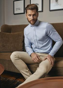 haupt-la-chemise-dun-bleu-doux-coupe-ajustee