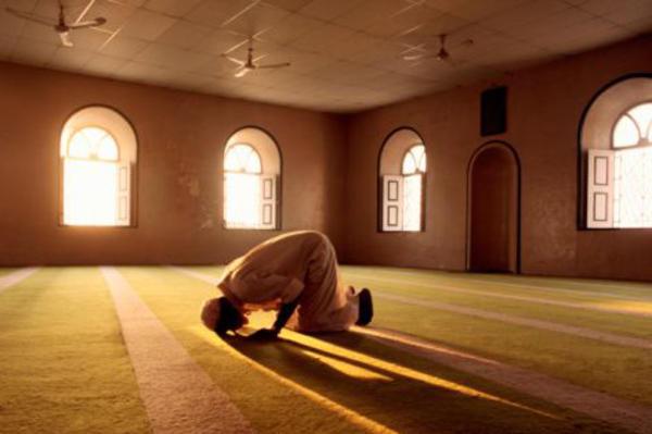 muslim-man-prays-in-mosque