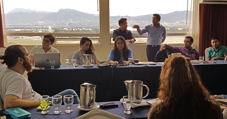Estudiantes del Diplomado en Innovación Política (Guatemala) debatiendo en círculo.