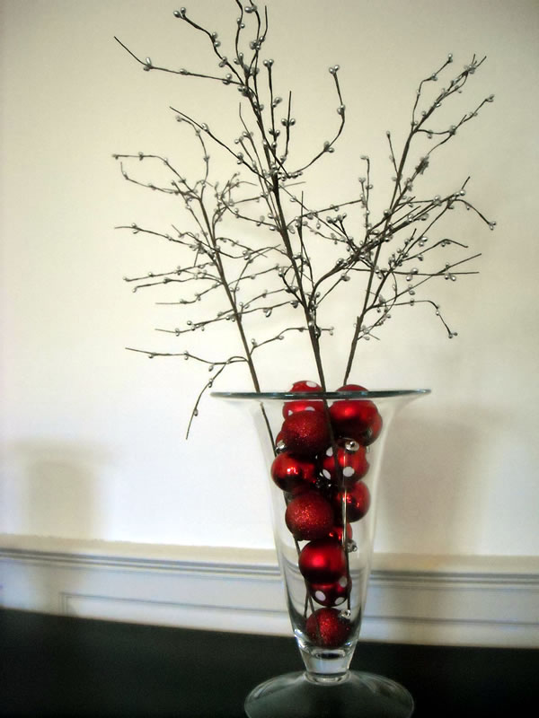 Simplistic holiday décor for those who can't stand clutter
