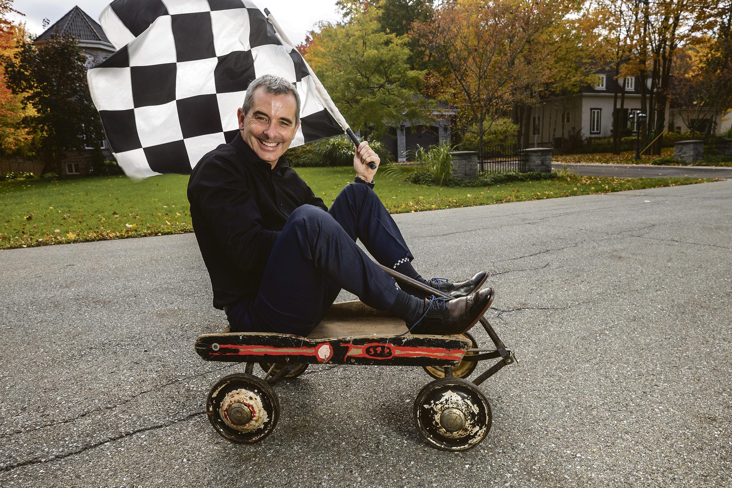 Bertrand Godin sur un chariot avec un drapeau à damier.