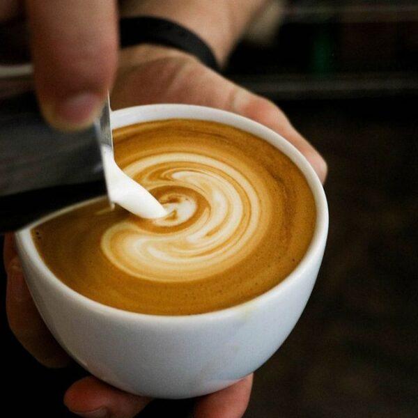 Tips para emulsionar la leche para hacer arte latte