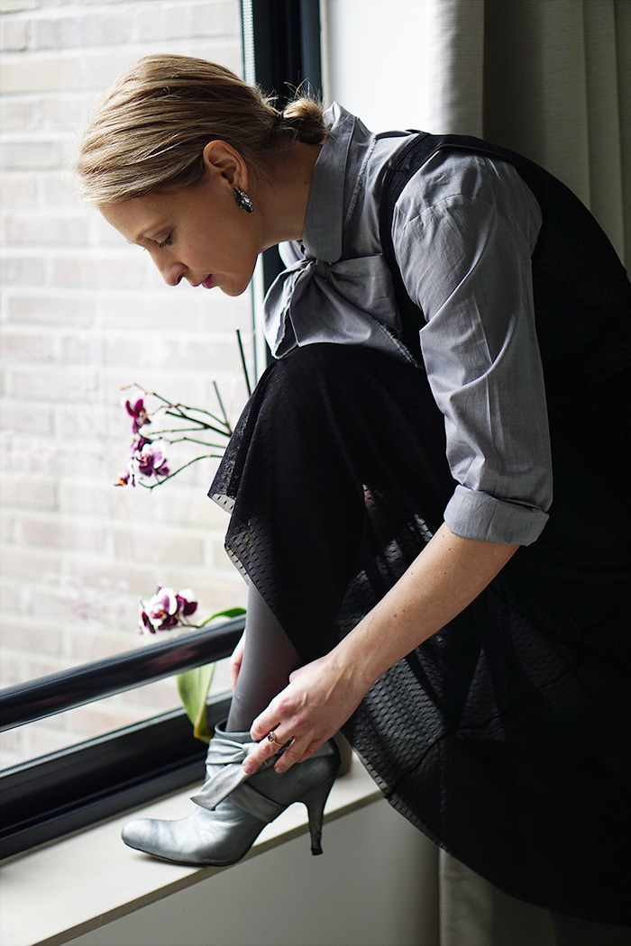 Victoria Onken is getting ready to go out in a grey Mila&James shirtdress