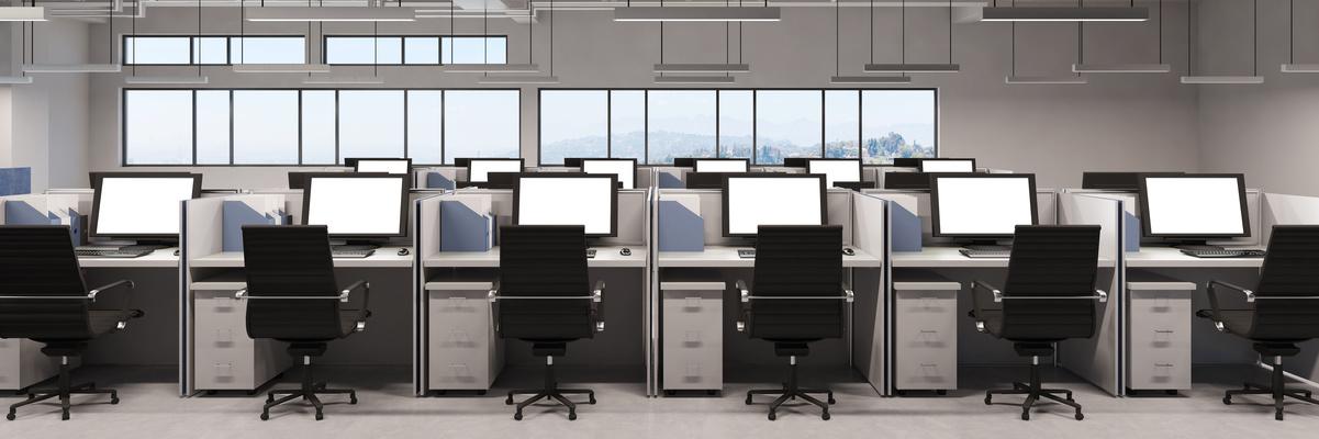 Panorama mit Büro und vielen Monitoren am Arbeitsplatz