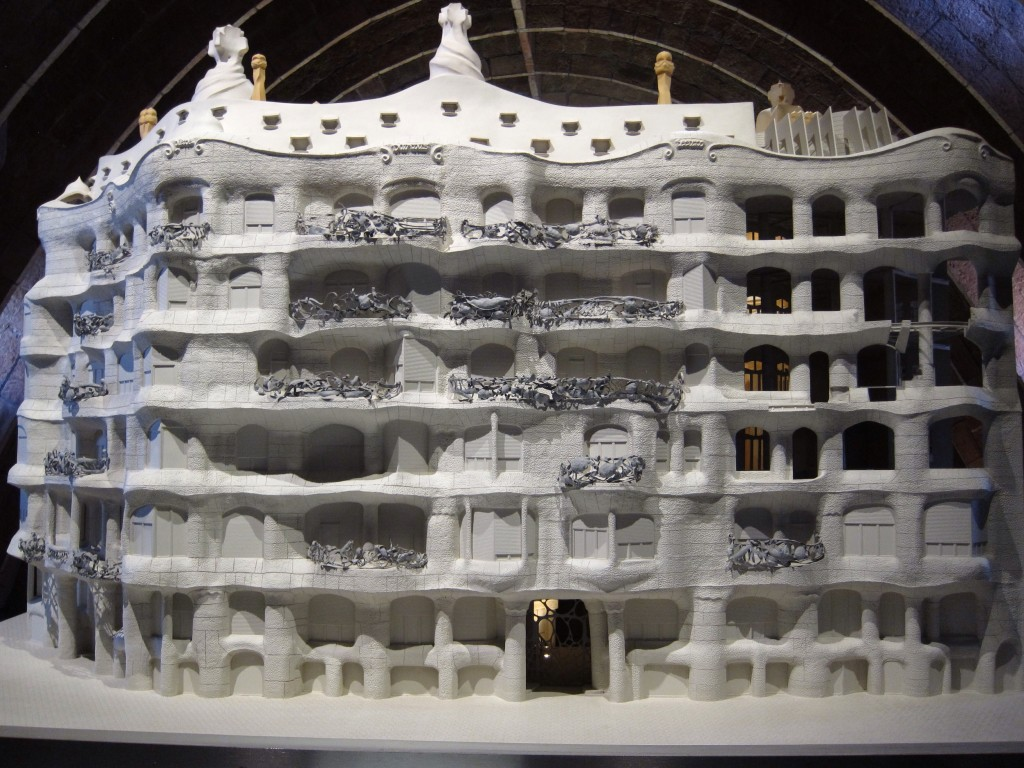 This model of La Pedrera reminded me of college builidng set models!