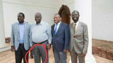 Photo of Kibaki's Press Team Embarrass Him With Awkward Group Photo