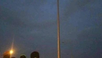 Photo of Suspected Thief Climbs Top Of Street Light To Evade Mob Justice