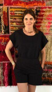 Florencia Antonietta usando un collar de su tienda - made in argentina - Lado B erlin