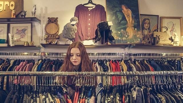 Una chica pelirroja pasea por los escaparates de una tienda vintage - Lado B erlin